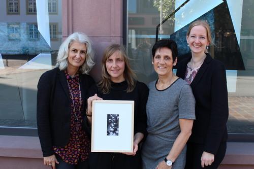 (v.l.n.r.) Prof. Dr. Stefanie Lieb, Yoana Tuzharova, Anne Kruse und Carina Willeke (beide Bank für Kirche und Caritas) vor den Fenstern der BKC in Paderborn (Foto: BKC)