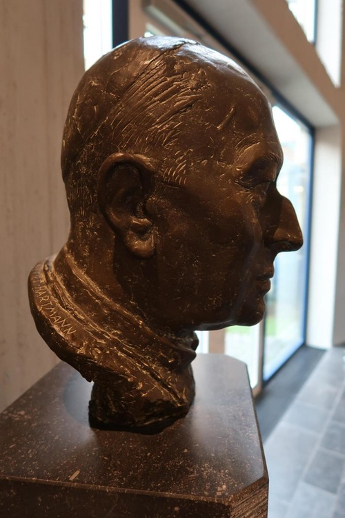 Büste Lorenz Kardinal Jaeger in der Eingangshalle der Katholischen Akademie Schwerte - Kardinal-Jaeger-Haus