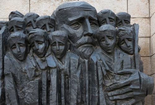 mal in Yad Vashem zeigt den Kinderarzt Janusz Korczak, der freiwillig die Kinder seines Waisenhauses aus dem Warschauer Ghetto mit in den Tod begleitete)