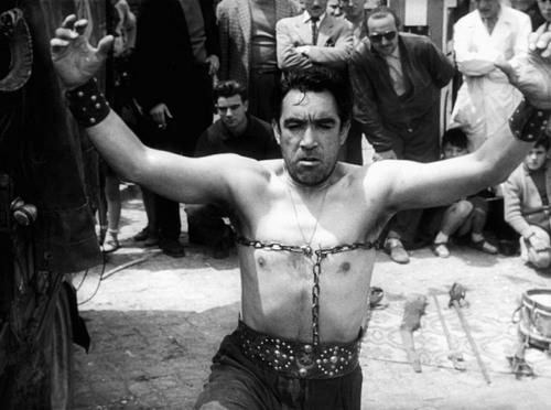 """Anthony Quinn als Zampano in """"La Strada"""" © Constantin, IMAGO / Cinema Publishers Collection"""