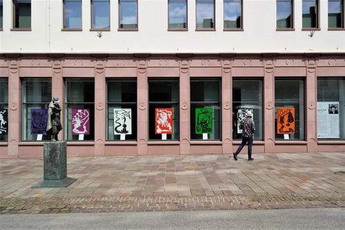 """Bilderserie """"Tugend & Sünde"""" in den Ausstellungsfenstern der BKC Paderborn (Foto: Nana Bastrup)"""