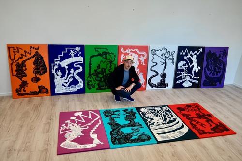 Matvey Slavin mit seiner Bilderserie »Tugend & Sünde« (Foto: Nana Bastrup)