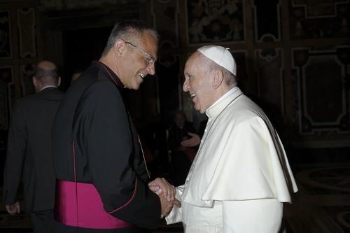 Prälat Dr. Peter Klasvogt im Gespräch mit Papst Franziskus (Foto: privat)