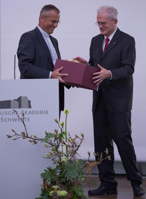 Prälat Dr. Peter Klasvogt überreichte Geschenk an Rüdiger Eßmann (©Katholische Akademie Schwerte)