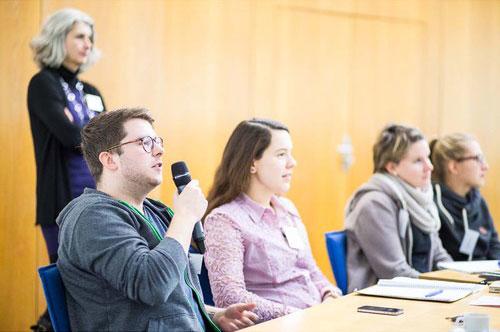 Diskutierende Workshopteilnehmer