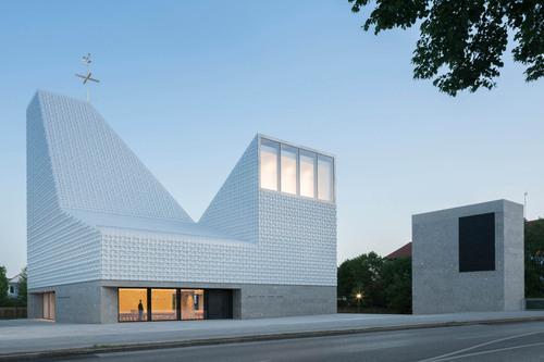 Kirche weitergebaut X, 2019: Poing, Katholisches Kirchenzentrum Seliger Pater Rupert Mayer, 2018, Meck Architekten, München (Foto: Florian Holzherr)