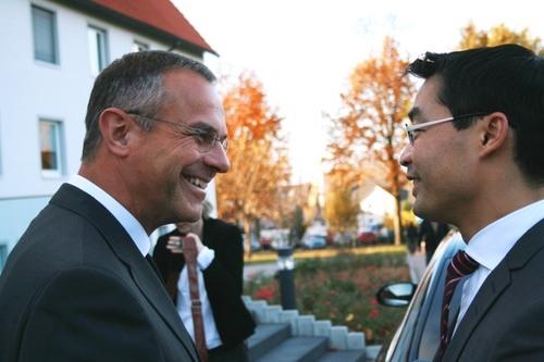 Akademiedirektor Prälat Dr. Peter Klasvogt mit Dr. Philipp Rösler