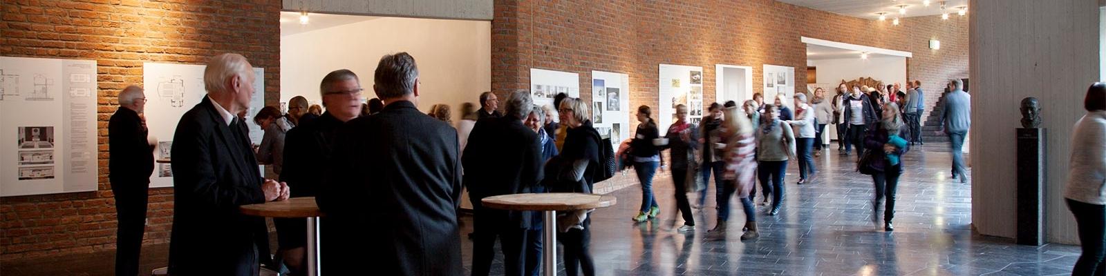 Menschen im Foyer